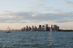 Skyline New York Manhattan von der Bucht kurz vor Sonnenuntergang Stockbild