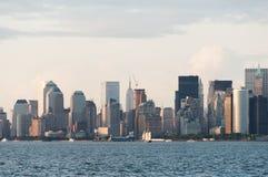 Skyline New York Manhattan von der Bucht kurz vor Sonnenuntergang Stockfoto
