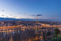 Skyline no crepúsculo, Torino de Turin, Itália, arquitetura da cidade do panorama com a toupeira Antonelliana sobre a cidade Luz  Imagem de Stock