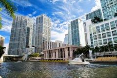 Skyline no fundo nebuloso do céu azul em Miami, EUA Imagem de Stock Royalty Free