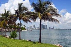 Skyline norte de Miami vista de Venetia Causeway imagens de stock