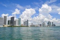 Skyline norte de Miami vista de Venetia Causeway imagens de stock royalty free