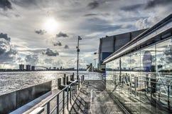 Skyline, nuvens e parada do waterbus fotos de stock royalty free