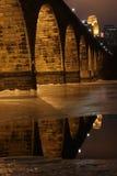 Skyline parcialmente congelada da ponte do rio Imagem de Stock Royalty Free