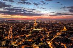 Skyline Paris, Frankreich, Panorama bei Sonnenuntergang, junge Nacht Gehen vor Notre Dame Stockfoto