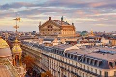 Skyline parisiense com Opera Garnier no por do sol foto de stock