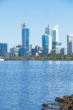 Skyline Perth West-Australien in Schwan-Fluss Lizenzfreies Stockbild