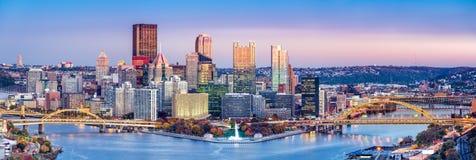 Skyline Pittsburghs, Pennsylvania an der Dämmerung Stockbilder