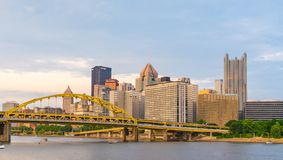 Skyline Pittsburghs, Pennsylvania von der Nordufer-Flussufer-Gleichheit stockfoto
