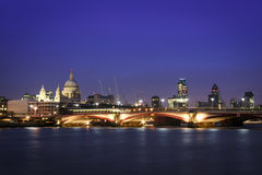 Skyline Reino Unido da arquitectura da cidade da noite de Londres Fotografia de Stock Royalty Free