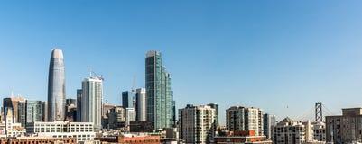 Skyline in San Francisco mit der Bucht-Brücke im Hintergrund lizenzfreies stockfoto