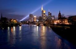 Skyline-Scheinwerfer Frankfurt lizenzfreies stockbild