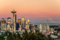 Skyline Seattle und der Mount Rainier bei Sonnenuntergang Stockbilder