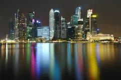 Skyline Singapurs CBD nachts Stockbild