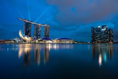 Skyline Singapurs Marina Bay mit Laser-Show lizenzfreies stockfoto