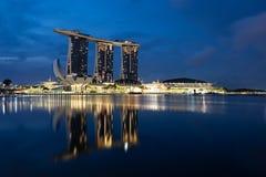 Skyline Singapurs Marina Bay während der blauen Stunde lizenzfreie stockfotografie