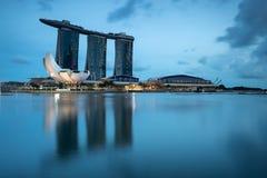 Skyline Singapurs Marina Bay während der blauen Stunde lizenzfreie stockfotos
