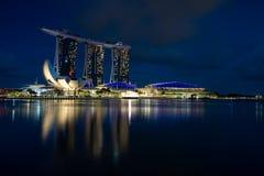 Skyline Singapurs Marina Bay während der blauen Stunde stockbild