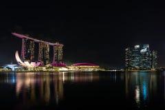 Skyline Singapurs Marina Bay während der blauen Stunde lizenzfreies stockbild