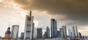 Skyline-Sonnenuntergang cloudscape Frankfurts am Main Deutschland Lizenzfreies Stockbild