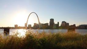 Skyline St. Louis, Missouri und Zugangs-Bogen stock video