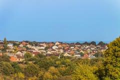 skyline suburbana Alojamento suburbano individual das construções no distrito das plantas verdes imagens de stock royalty free