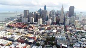 Skyline surpreendente da arquitetura da cidade do distrito financeiro moderno ocupado da baía do porto do oceano de San Francisco filme