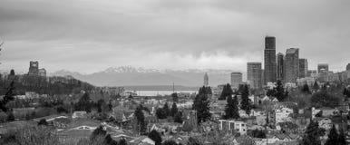 Skyline tormentoso de Seattle Washington Puget Sound Downtown City do céu foto de stock