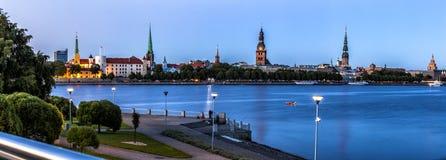 Skyline tradicional de Riga durante a hora azul Fotografia de Stock Royalty Free