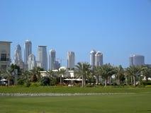 Skyline und Golfclub Lizenzfreie Stockfotos