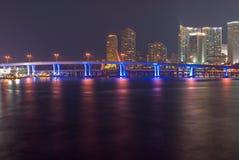 Skyline und Kanal Miami-Bayfront nachts Stockfotos