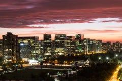 Skyline und roter Sonnenuntergang in Santiago, Chile lizenzfreie stockbilder