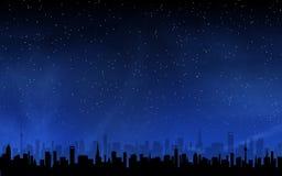 Skyline und tiefer nächtlicher Himmel stockfoto
