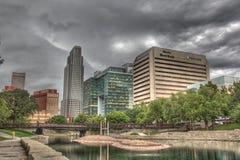 Skyline unten der Stadt Omaha Nebraska Stockfotos