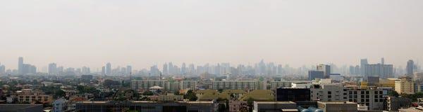 Skyline urbana da arquitetura da cidade na n?voa ou na polui??o atmosf?rica Imagem larga e alta da vista da cidade de Banguecoque imagem de stock royalty free