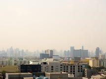 Skyline urbana da arquitetura da cidade na n?voa ou na polui??o atmosf?rica Imagem larga e alta da vista da cidade de Banguecoque imagens de stock royalty free
