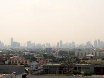 Skyline urbana da arquitetura da cidade na n?voa ou na polui??o atmosf?rica Imagem larga e alta da vista da cidade de Banguecoque imagem de stock