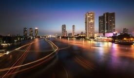 Skyline urbana da cidade, Chao Phraya River, Banguecoque, Tailândia. imagem de stock royalty free