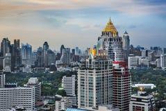 Skyline urbana da cidade, Sathorn Rd., (o distrito financeiro central de Banguecoque), Tailândia. imagem de stock