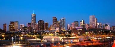Skyline urbana do centro Denver Colorado Sunset Dusk da cidade do metro foto de stock royalty free