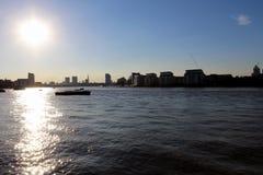 Skyline urbana e rio que enfrentam o sol Imagens de Stock Royalty Free