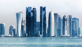 Skyline urbana futurista de Doha, Catar imagem de stock royalty free