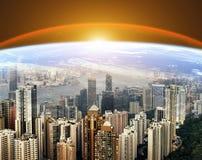 Skyline urbana moderna Nascer do sol da terra do planeta Conceito mundial do Internet Comunicações globais e trabalhos em rede foto de stock royalty free