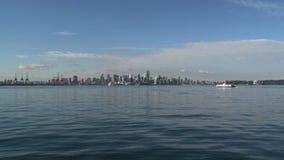 Skyline Vancouver mit der Fähre, die vorbei überschreitet stock footage