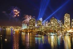 Skyline Vancouver-Yaletown mit Feuerwerken Lizenzfreie Stockfotos