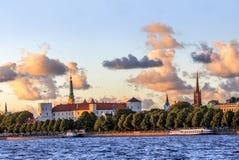 Skyline velha da cidade de Riga durante o tempo do por do sol Imagem de Stock