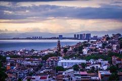 Skyline velha de Puerto Vallarta no por do sol imagens de stock