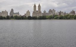 Skyline vom Central Park in Midtown Manhattan von New York City in Vereinigten Staaten stockfotos