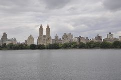 Skyline vom Central Park in Midtown Manhattan von New York City in Vereinigten Staaten stockbild