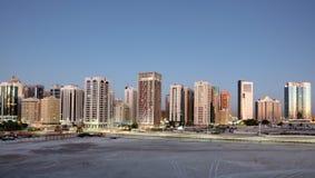 Skyline von Abu Dhabi an der Dämmerung Lizenzfreies Stockbild
